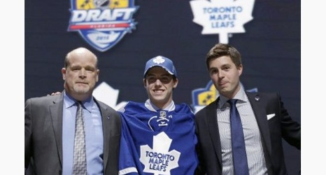 buy popular c6e8f 7a4e5 Snoop Dogg wore a Mitch Marner jersey for London show